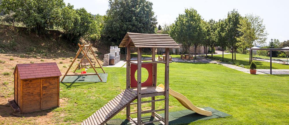 Aire de jeux, 3 balançoires, toboggan, petite maison en bois