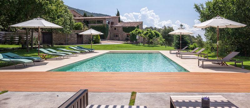 Extensa zona de jardí amb gespa i piscina aigua salada
