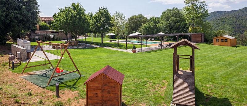 Jardin et area des jeux pour les enfants, barbacue et piscine