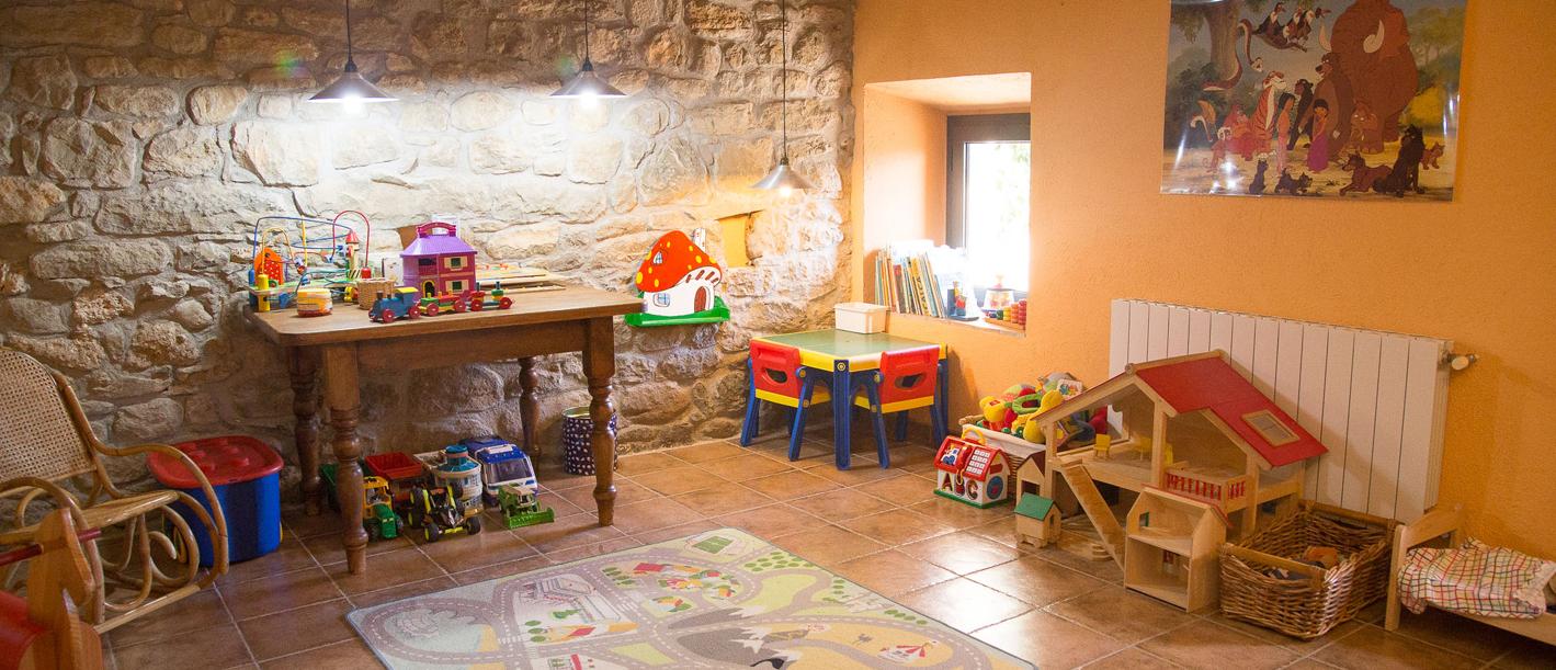 Sala interior con juegos infantiles.